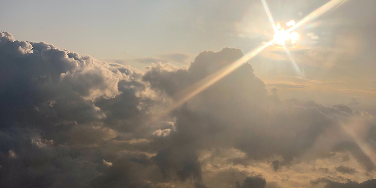 Ga eens op een wolk zitten en beschrijf de wereld